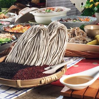 真食良品 日曬72小時黑芝麻紅藜麥手工麵拌醬組(黑芝麻紅藜麥麵18包+香醇濃白芝麻調理醬2瓶)